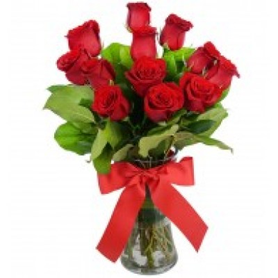 red_roses_in_vase_for_valentine_s_day_1